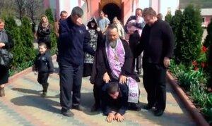 В ПМР священник изгонял бесов, катаясь верхом на мужчине