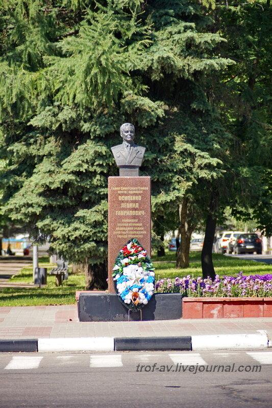 Памятник Осипе́нко Л.Г., командиру первой советской атомной подводной лодки К-3, Обнинск