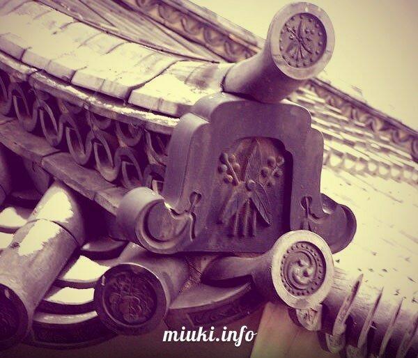 Можно увидеть символику Matsumoto-jo: горечавку, ромбы, звезды, мальву / Фото из Японии