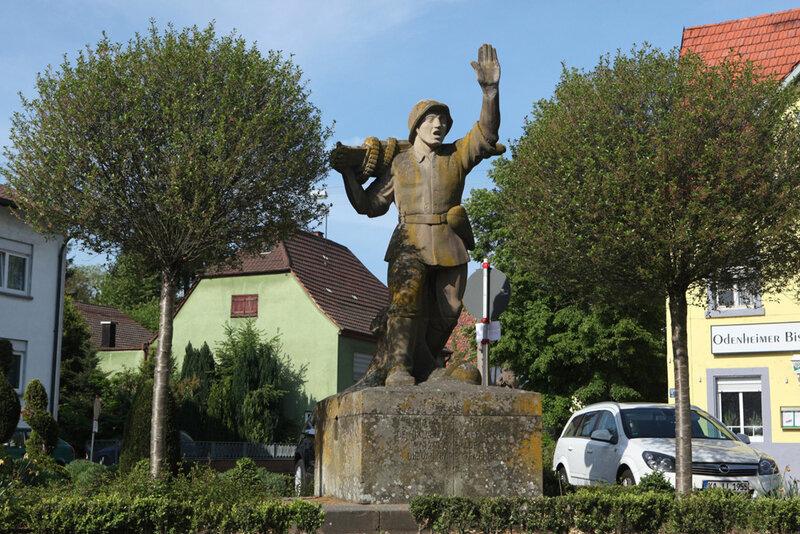 Мемориал павшим немецким солдатам в городке Оденхайм в земле Баден-Вюртемберг