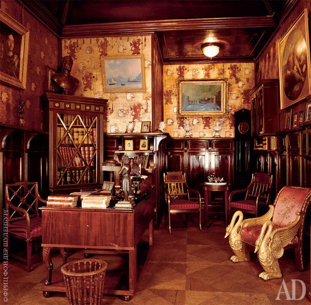 Рабочий кабинет великого князя Константина Романова украшен фотографиями близких и картинами.