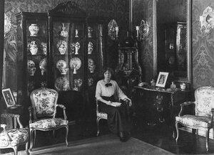 Дочь Чрезвычайного и полномочного посла Великобритании Бьюкенена Мириэль в гостиной.
