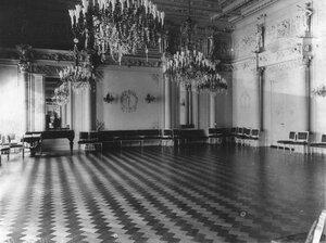 Приемный зал посольства.