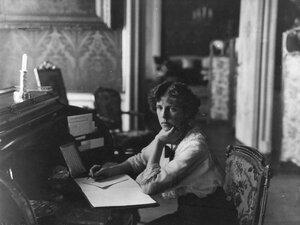 Дочь чрезвычайного и полномочного посла Бьюкенена Мириэль за письменным столом.