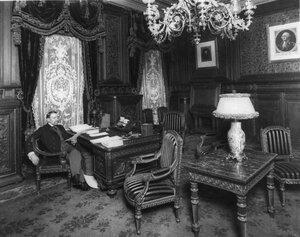 Посол Джордж фон Ленгерке Мейер в кабинете.