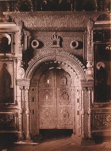 Вид на деревянные резные царские ворота в приделе церкви Иоанна Предтечи в Толчкове. Ярославль г.
