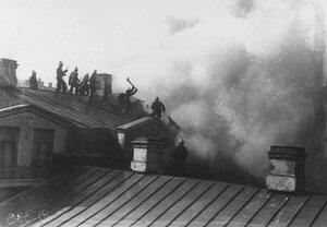 Группа пожарных за разборкой крыши корпуса наследников Линевича.