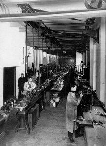 Группа рабочих за работой в цехе завода по производству телеграфного оборудования Русского общества беспроволочных телеграфов и телефонов (Робтит).