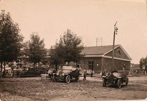 Солдаты авиароты у здания мастерских и склада в первые дни приезда.