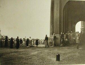 Император Николай II,члены императорской фамилии,высшие офицерские чины,свящннослужители выходят из Зимнего дворца и направляются к Иордани