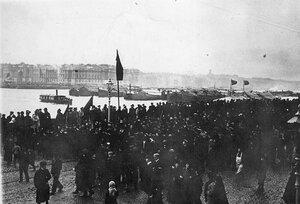 Манифестация протеста студентов на набережной Невы.