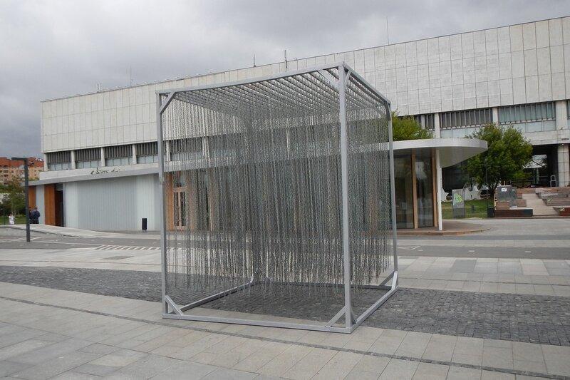 Конструкция из подвешенных цепей в парке искусств «Музеон» в Москве