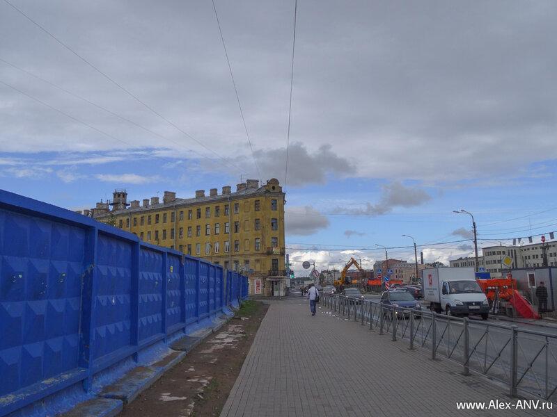 За синим забором не мелочась снесли целый квартал - городу необходимы новые бизнесцентры.