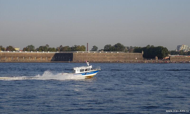 На воде много судов - от водных мотоциклов до речных трамвайчиков. Всю эту шушеру разгоняют многочисленные полицейские катера.