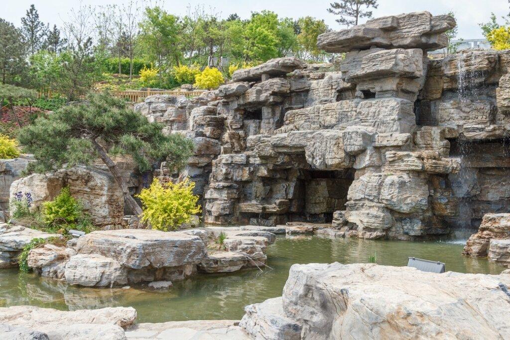 Рукотворная скала с гротами и водопадами, парк-выставка садов, Пекин