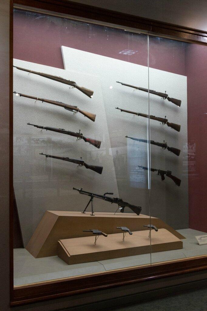 Стрелковое оружие: винтовки, пулемет, пистолеты