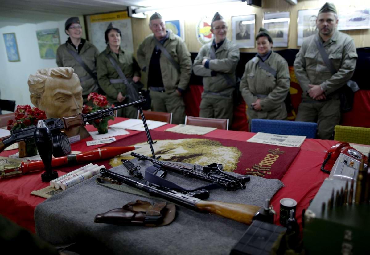 Гости в штабном помещении бункера