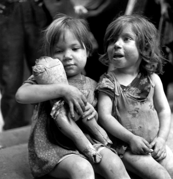 Италия, Неаполь, 1948 год - Девочки играют с поломанной куклой