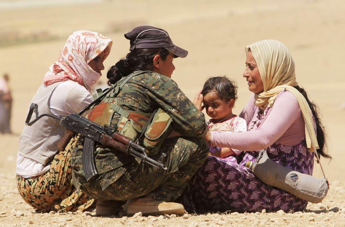 Бойцы курдских вооруженных формирований оказывают беженцам психологическую поддержку и раздают им воду (3)