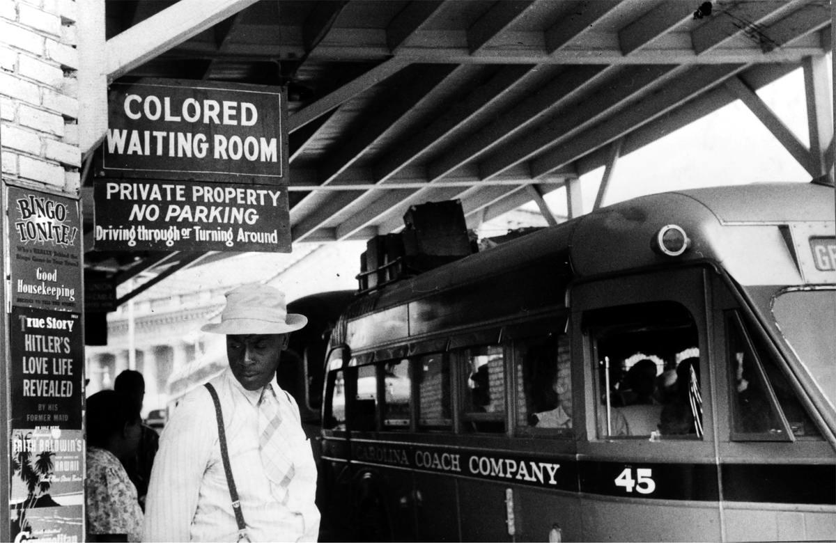 Надпись на перроне автовокзала Комната ожидания для цветных