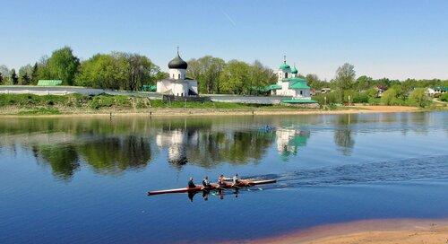 Весной на реке Великой во Пскове у Мирожского монастыря