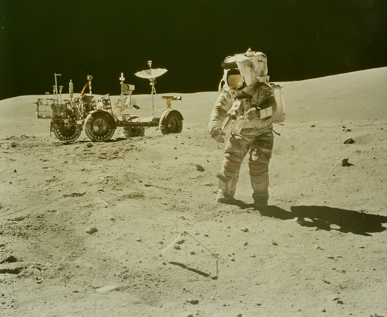 До кратера Северный Луч на склоне горы Смоки астронавты доехали примерно за 36 минут, на 17 минут раньше графика. На снимке: .Джон Янг ходит по поверхности Луны
