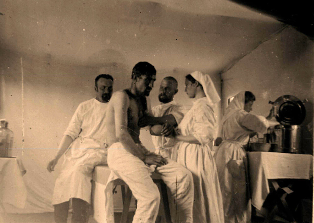 18. Врачи и сестры милосердия перевязывают раненого в операционной лазарета
