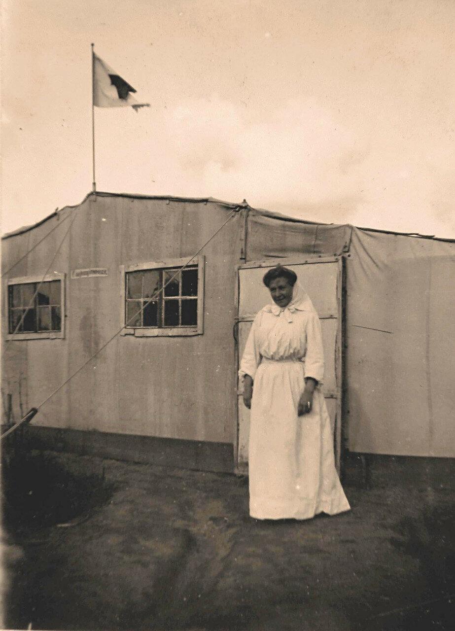 21. Сестра милосердия у входа в Гессенскую перевязочную палатку, оборудованную под операционную полевого лазарета