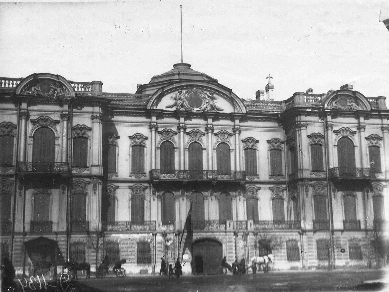02. Фасад здания по Сергиевской улице, д.10, в котором до Первой мировой войны находилось посольство (архитектор Г.Э.Боссе, 1857-1860). 1915