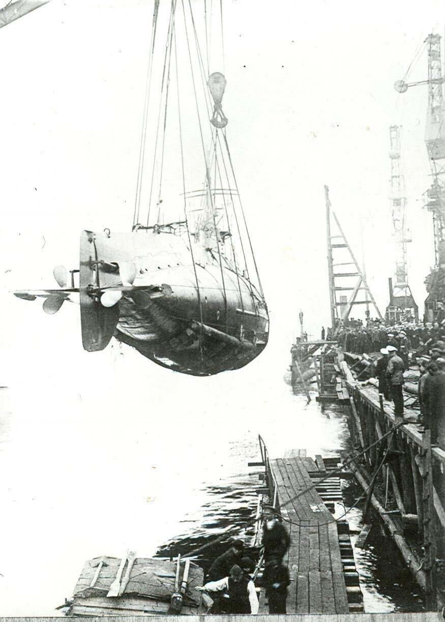 02. Спуск на воду подводной лодки типа АГ , созданной на заводе