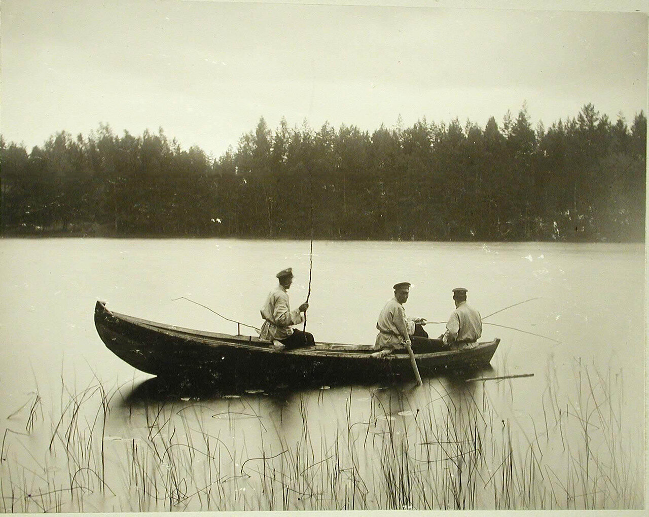10. Рыболовы в лодке на озере Красавица