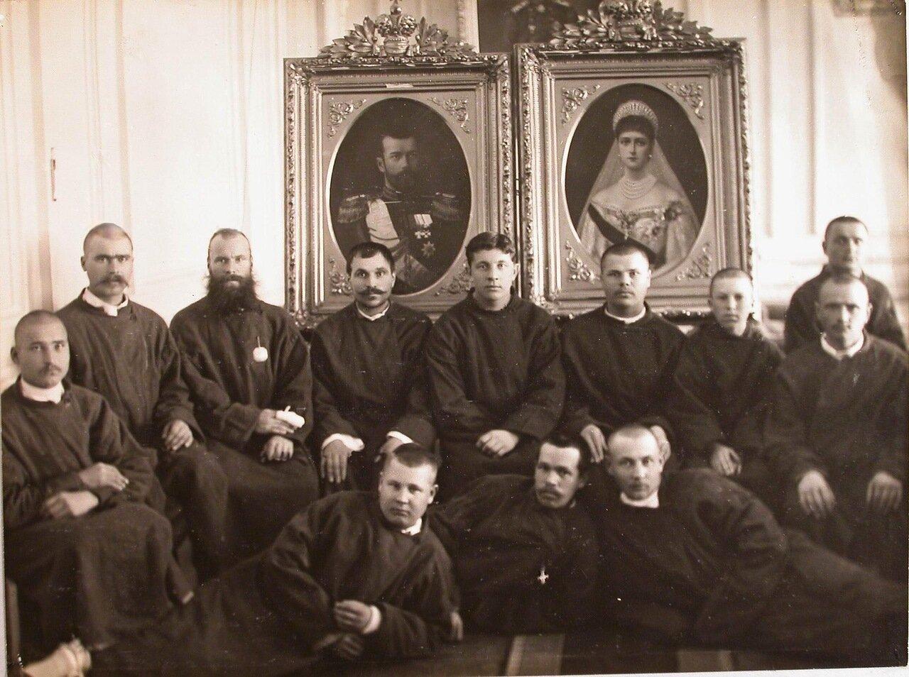 29. Группа раненых у портрета императора Николая II и императрицы Александры Федоровны