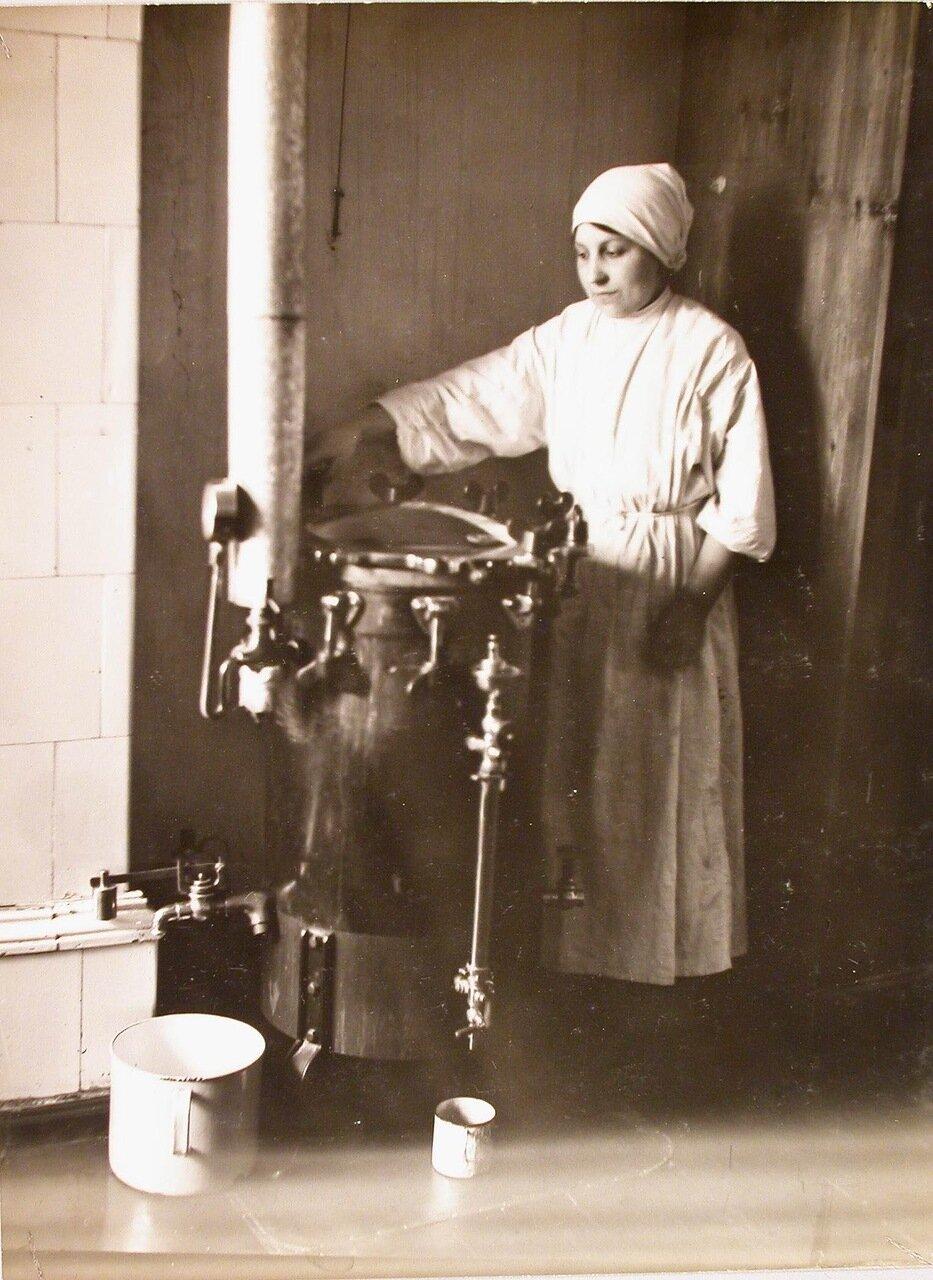 34. Медицинская сестра наливает кипячёную воду из титана в кружку с помощью специального приспособления