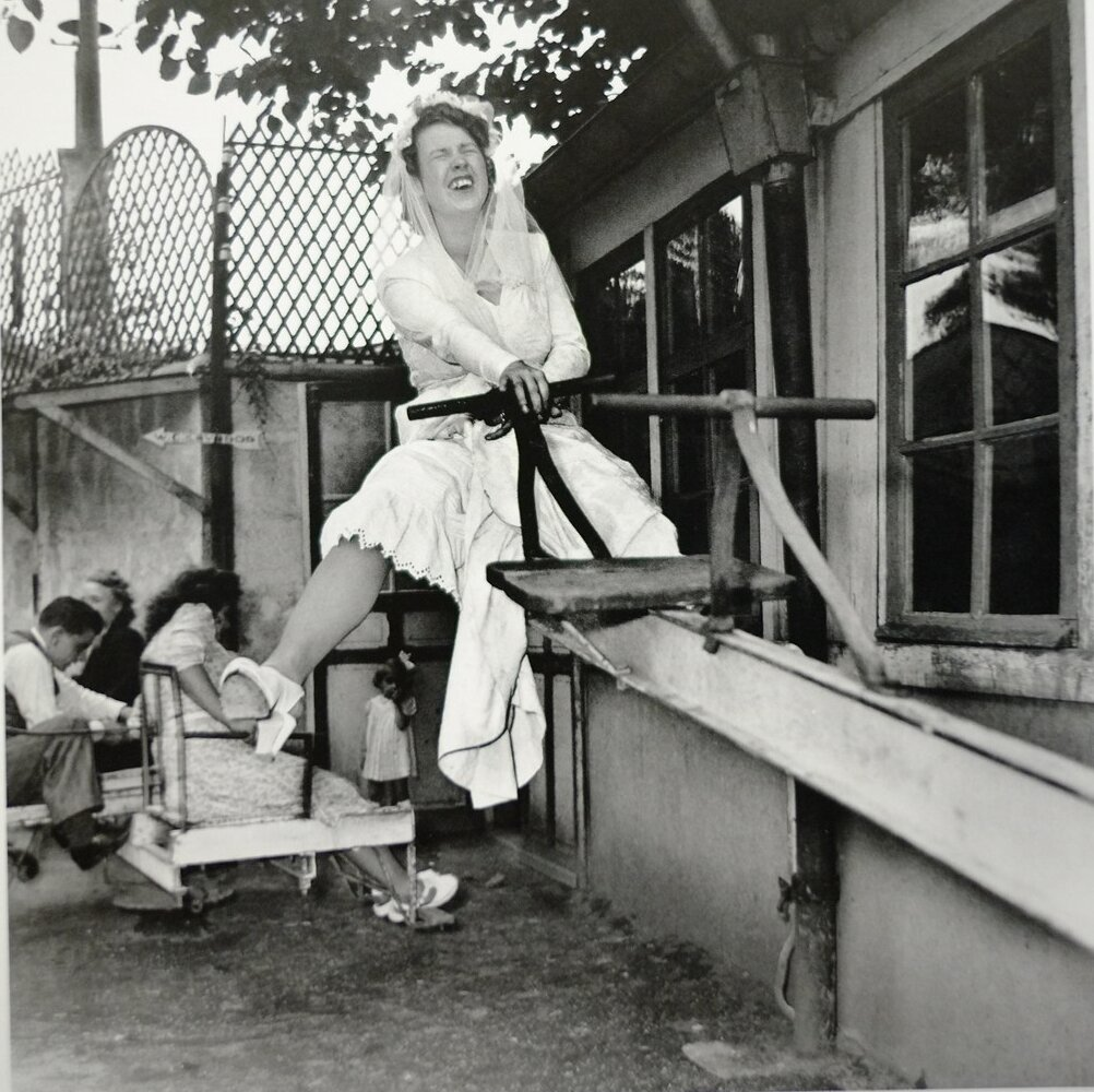 1946. Невеста на качелях