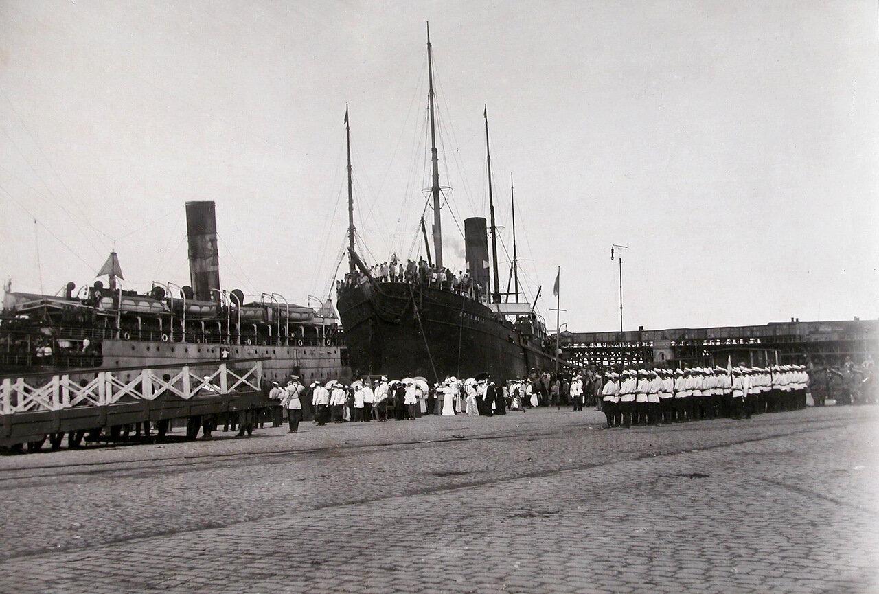 11. Горожане, военные чины, почетный караул на пристани в порту у прибывшего с Дальнего Востока судна «Отто Берк»