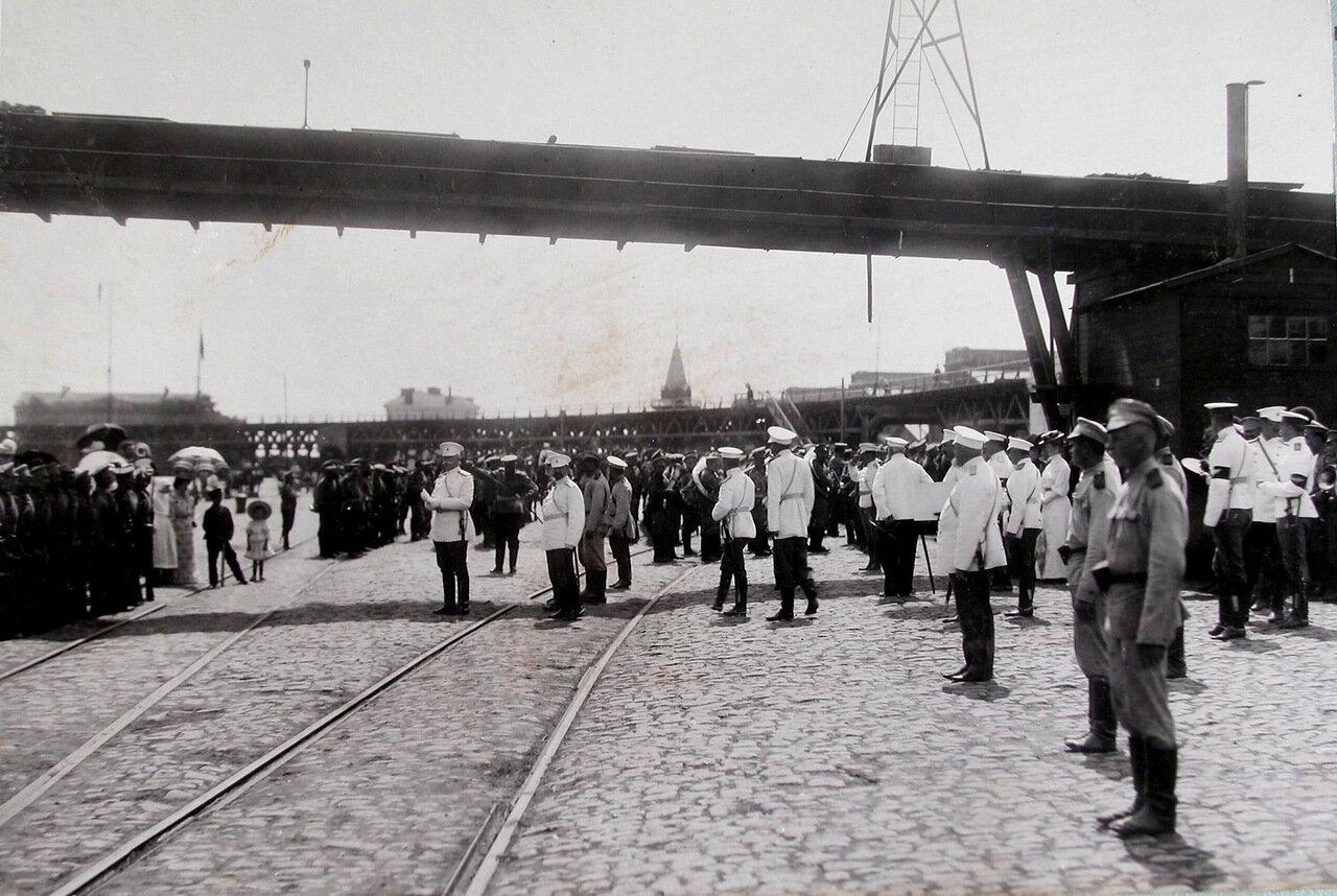 17. Горожане, военные чины, почетный караул, духовой оркестр на пристани в ожидании прибытия парохода в порт