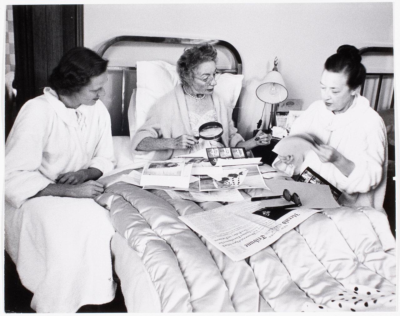 1953. Фотограф Луиза Даль-Вульф возле кровати, где находится главный редактор Harper's Bazaar Кармель Сноу
