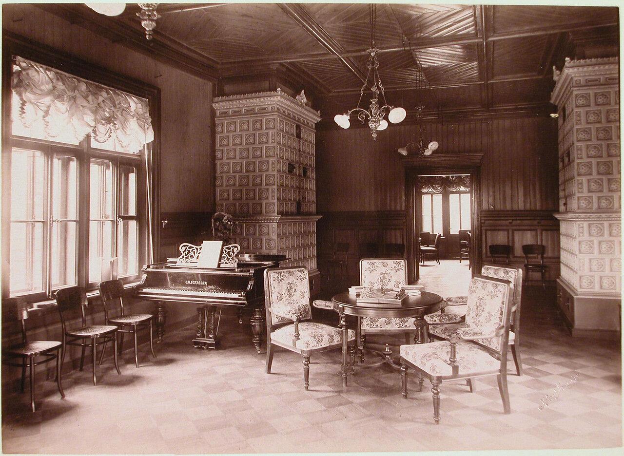 16. Вид части гостиной в здании Мариинского отделения (для детей) санатория