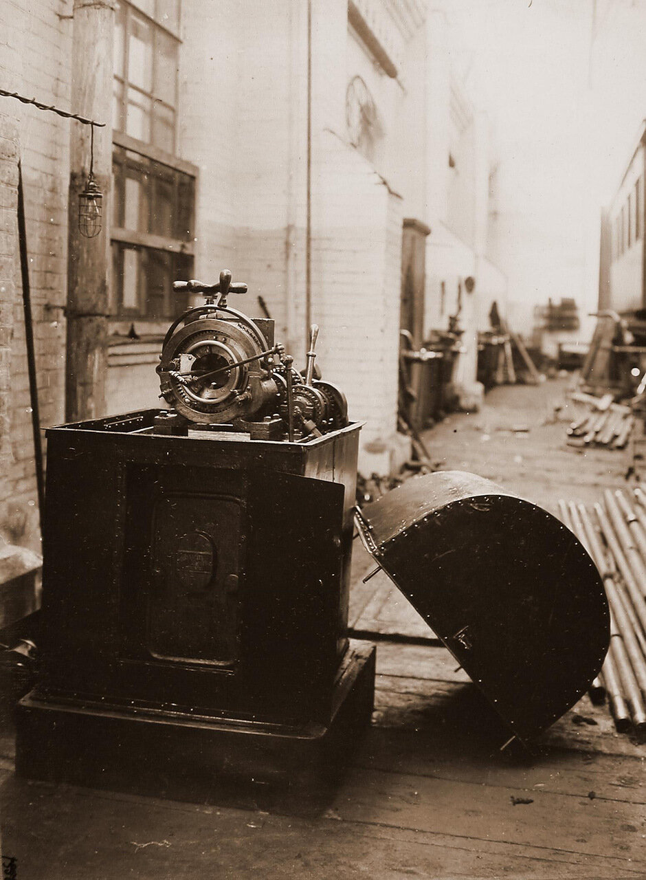 17. Вид станка, произведенного фирмой Шухардта и Шютте, в одном из цехов мастерской