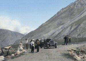 Путешественники отдыхают на перевале в верхней Сванетии