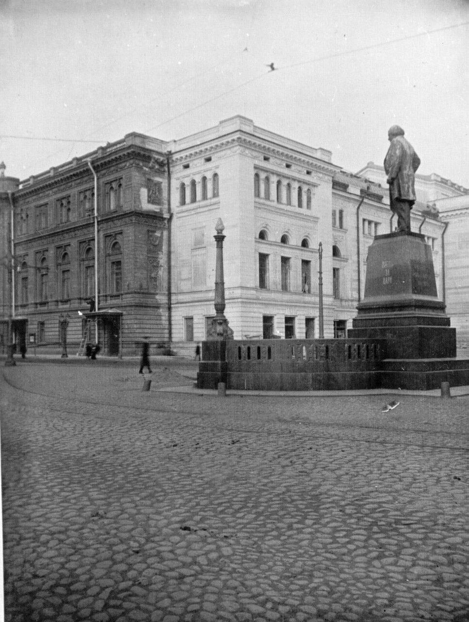 02. Внешний вид здания консерватории и памятника М.И.Глинке