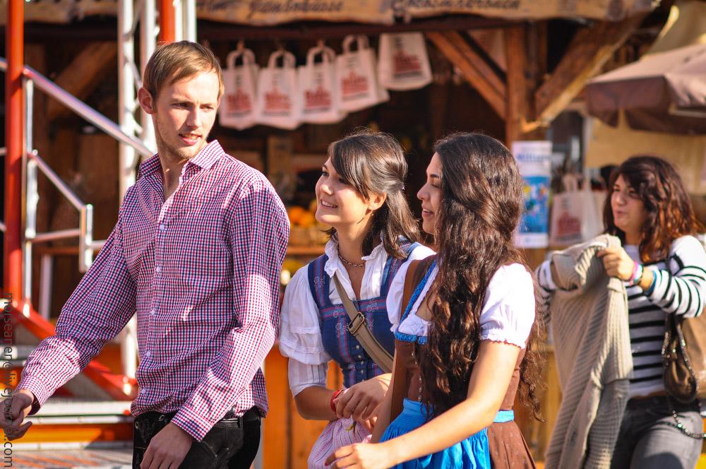 Женские выпуклости и впадины на Октоберфесте girls-Oktoberfest-(23).jpg