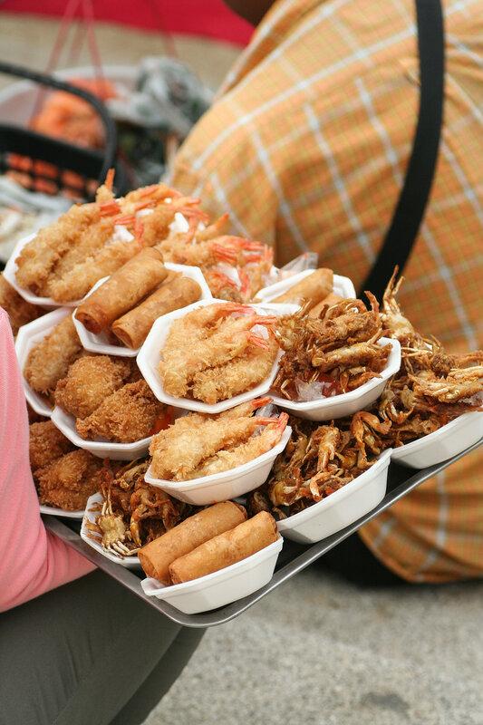 Пляжная еда на разнос - крабы и креведки в кляре