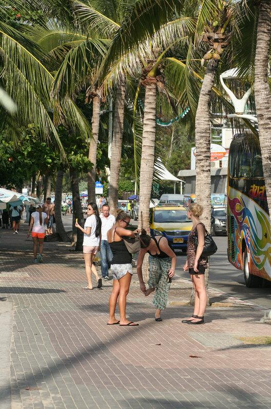 Туристки на центральном городском пляже Паттайи