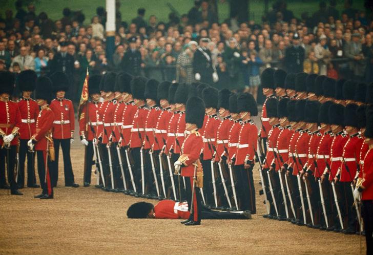 Служащие в Ирландской гвардии остаются стоять по стойке смирно, когда один из гвардейцев теряет созн