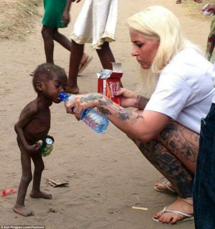 Женщина спасла умирающего нигерийского малыша, которого выгнали на улицу собственные родители (11 фото)