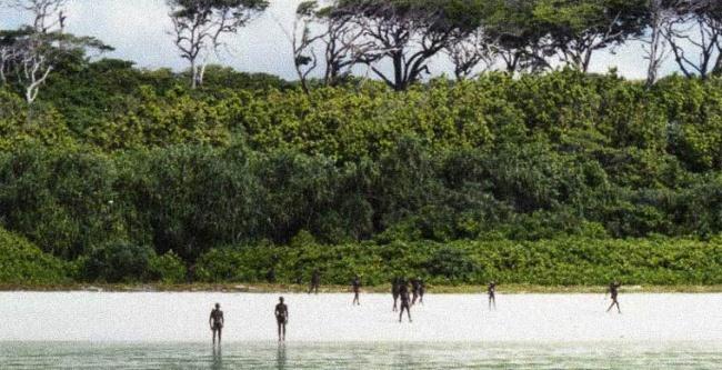 Наодном изАндаманских островов вБенгальском заливе проживает опасное племя сентинельцев: оно избе