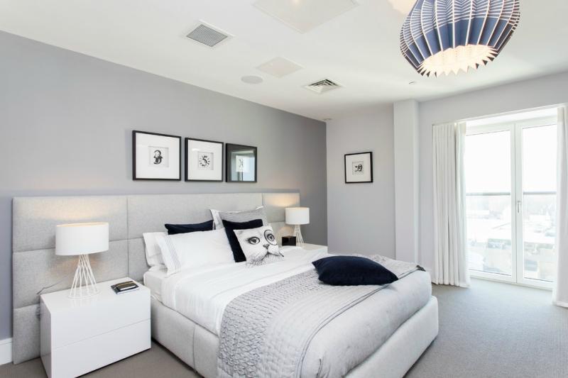 Дизайн интерьера спальни в светлых оттенках фото 19