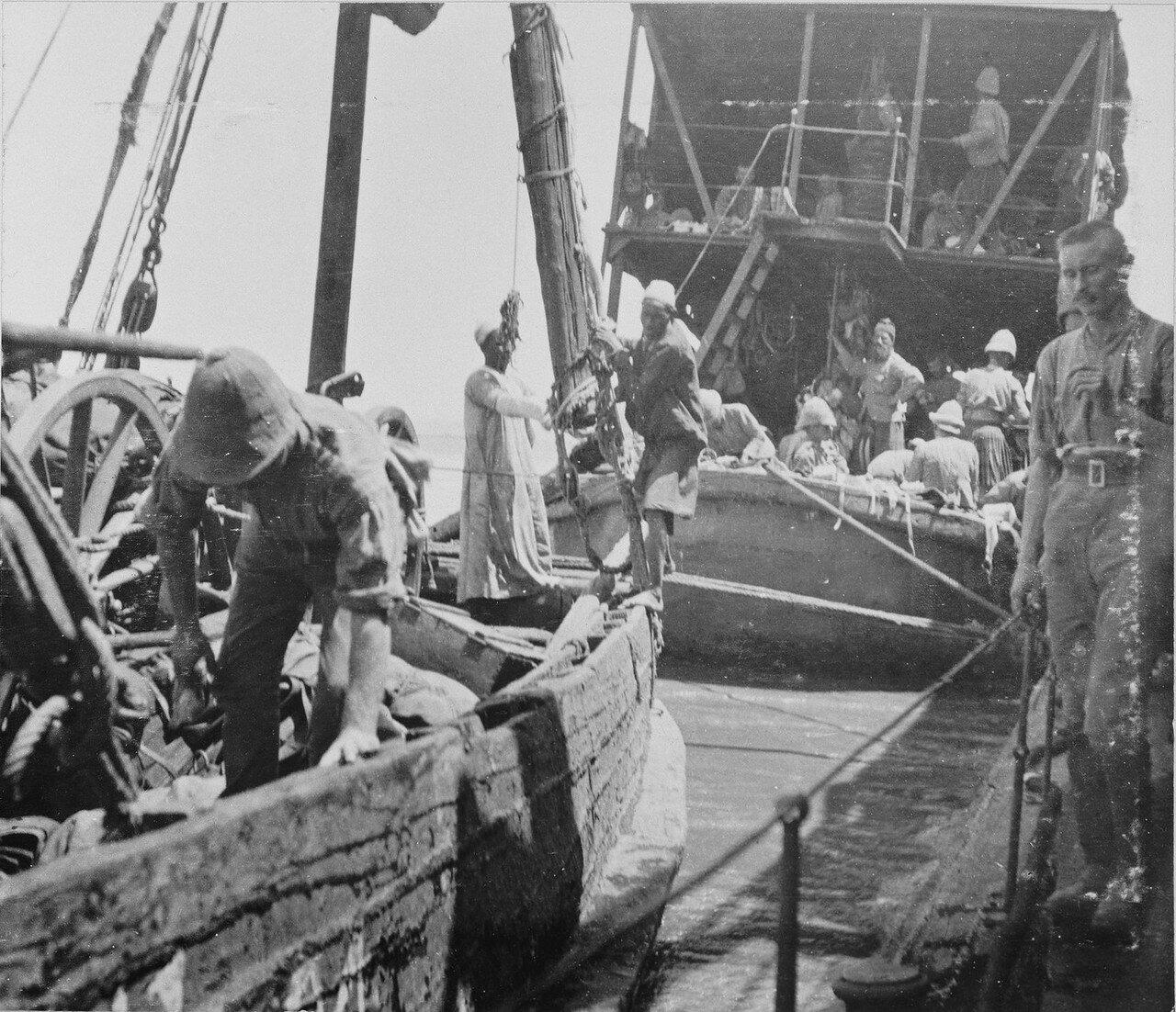 Пулеметы Максим перегружаются на пароход