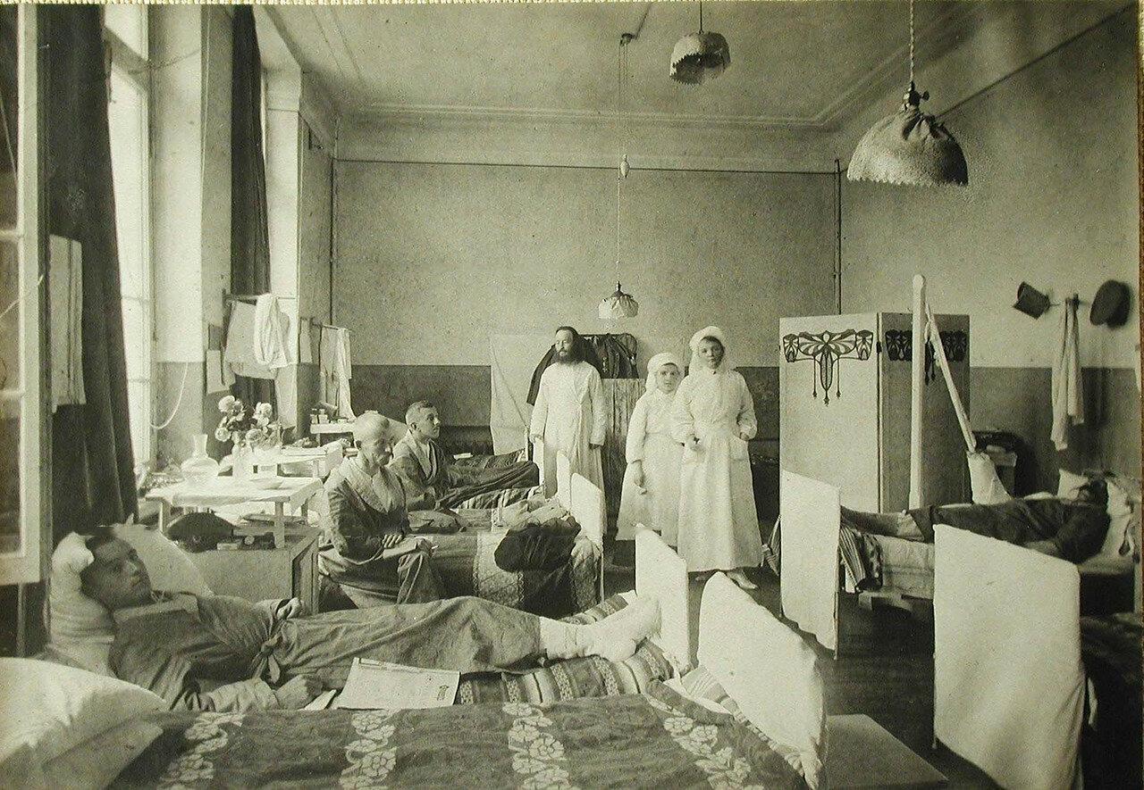 04. Раненые офицеры в одной из палат; в центре - сестры милосердия